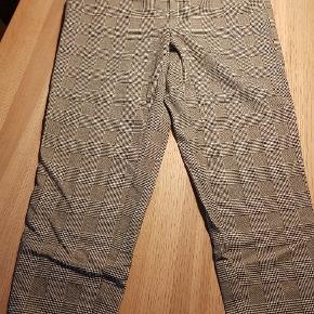 Behagelig buks med ternet mønster, elastik i taljen og 2 sidelommer. Str XL/30.