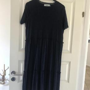 Varetype: Midi Farve: Blå Oprindelig købspris: 500 kr. Kvittering haves.  Fin kjole brugt en gang. Glimmer i stoffet. Ingen brugsspor.