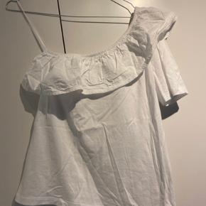 Hvid off shoulder t-shirt fra Pieces 🤍  - str. m - næsten som ny - med kort ærme i den ene side - flæsedetalje   Nypris 199,-   Sælger billigt ud og giver gerne mængderabat 🤍   #trendsalesfund