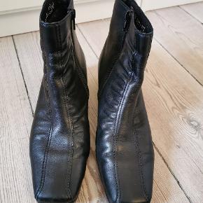 Smukke Rieker-støvler af læder, som jeg desværre ikke får brugt. Str. 38. Skriv for flere billeder.