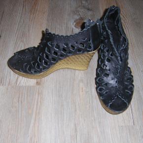 Sandaler med hæl, lynes bagpå. Kun brugt få gange. Sendes med Gls.