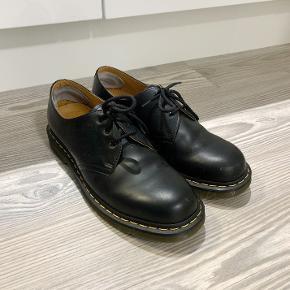 Mat sort Dr. Martens sko i str. 45, næsten som nye, stort set ikke brugt