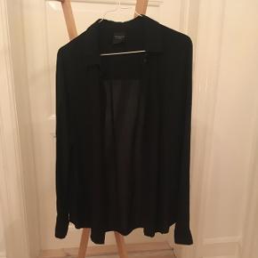 Sort, enkel skjorte fra Selected Femme, str. 36. Kun brugt og vasket en enkelt gang. 100 % viskose.