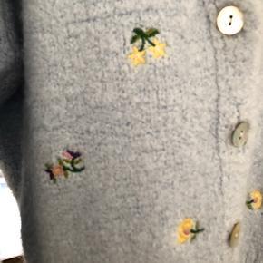 Flotteste cardigan fra zara med fine små blomster broderier.  Kun brugt 1 gang.  Fast pris.