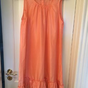 Super fin og lækker kjole i 100% silke. Vejer intet og er meget behagelig på. Str.s men kan passe en 38 fint. Brugt men ingen tegn på brug. Fin fersken farve