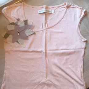 Sød bluse med fine detaljer som Munthe kan. Den passer til alt og kan trække en hver kedelig kjole eller bukser op 👍🏻  Bud!