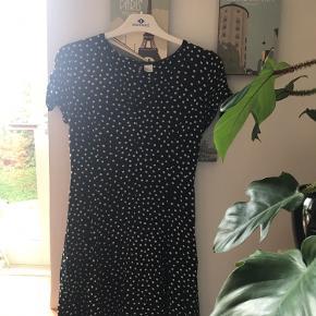 Prikket kjole fra H&M Passer str. xs-s  Den er brugt et par gange men har ingen brugsspor Lynlås i siden