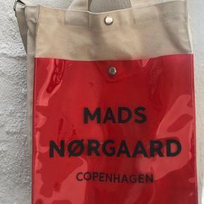 Spørg gerne for flere billeder 😊 Super fin taske, bliver dog ikke brugt - er brugt forholdsvist meget, hvilket også ses få steder på tasken (primært på fronten)