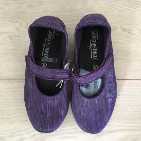 Nye lækre sko i str 35 med en rigtig bløde og Lækker sål og velcrobånd.   Ny pris er 645 og de er fra Arcopedico.   Er aldrig brugt.  Sendes med DAO.  Se også mine andre annoncer