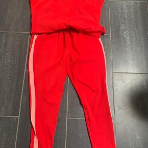 Neo noir rød bukse dragt kun brugt få gange.
