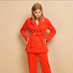 Smuk rød velour blazer fra Envii. Brugt en enkelt gang. Bytter ikke.