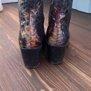 Lækre støvler fra Ganni.  De trænger til at blive forsålet - ellers fejler de intet.   Mp 1000 pp og evt gebyr. Jeg bytter ikke