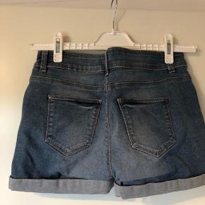De er i størrelse 27, hvilket nok svarer til en XS-S. Jeg har de samme shorts til salg i en mørkere denim også.   Se også mine andre +100 annoncer! Dixie, Selected femme, Modstrøm, Neo noir, Second female, Ecco, Vagabond, Eastpak