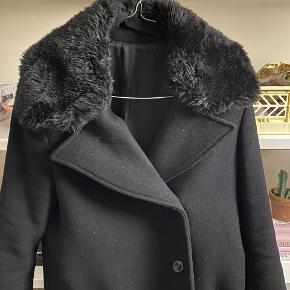 Lækker jakke fra Acne Studios.  Den er lagt op og måler ca. 97 cm fra skulder og ned.   MP 1200 kr pp og evt ts gebyr
