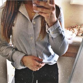 Skjorte fra Ralph Lauren i damemodel. Nypris var 800kr. Den er brugt ca. 3 gange. Byd gerne!