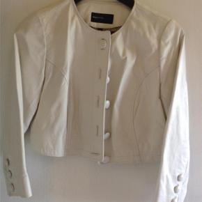 Varetype: Bolero Farve: Hvid Oprindelig købspris: 1000 kr.  Bolero i hvid læder. God kvalitet😊 Kan bruge til festen og hver dag Bud