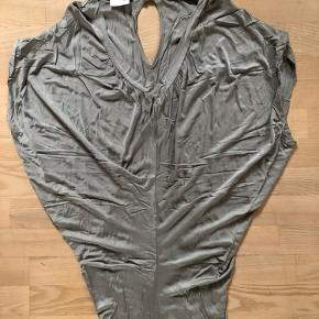 Lårkort kjole som er stram nede om numsen og løs på overkroppen, fra Vero Moss, str m, pænere når den ikke er krøllet😅
