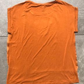 Fin t-shirt fra soyaconcept i rigtig god stand. Prisen er + porto. Fra røgfrit hjem.