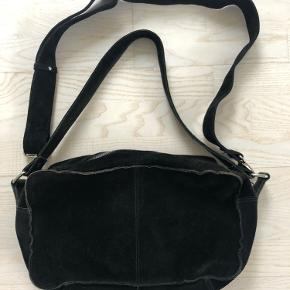 Nunoo taske i modellen Alimakka i sort ruskind. Ikke brugt ret meget og i god stand.