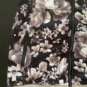 Sælger den flotte molo jakke, str. 152 den er næsten som nu, har lidt under ærmerne (se billede 3) det ikke over alt men få steder.  100kr  Byd!