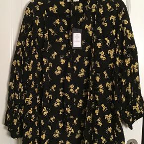 Ny kimono Yellowstones flower. 100 % viscose. Måler fra ærmegab til ærmegab 76 cm. Længden 104 cm.