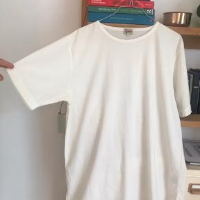 Flot oversize t-shirt kjole Creme farvet/beige/ikke-helt-hvid, jeg kender ikke helt forskellen på de farver 🙂 Se også mine andre annoncer