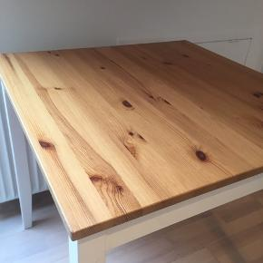 Lille spisebord i massiv fyr fra IKEA sælges. Model: Lerhamn. Passer godt i et køkken eller eventuelt en lille lejlighed. Har brugstegn som træ får ved brug (små hakker/ridser). Nemt at holde ren med en fugtig klud. 74x74 cm og højde: 75 cm. Afhentes i 8800 Viborg.