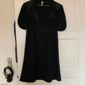 Fin kjole med silke på skuldrene og detaljer ved brystet. BYD gerne. Spørg for billeder på!  -Køber betaler fragt