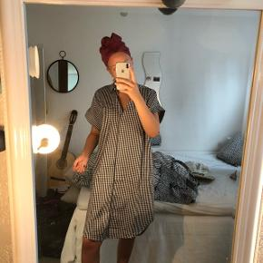 Kjole fra Monki købt i går. Prisskilt er lige blevet klippet af. Strørrelse xs men fitter helt op til mindst m.  Byd endelig. Alt skal væk, da jeg ikke er god til at bruge det, så der er ingen dårlige bud. Sælges meget billigt!!  Sender gerne 🌸