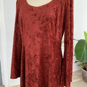 Lang flot retro velour kjole str. L. Længde 135 cm-Brystomkreds 110 cm. Kjole fremstår næsten som ny, kun brugt en enkelt gang. Fra ikke ryger hjem.