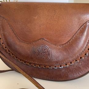 Rigtig sød lille retro crossbody taske, rigtig god til om sommeren. Meget solidt læder som holder mange år endnu :)