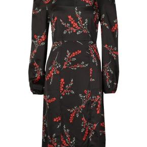 Fin kjole med blomster, slids ved benet