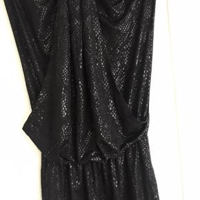 Strøpløs Marlene Birger kjole i sort, slangeskind print, med små sten foran