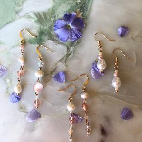 Guldbelagte creoler, med et mix af ferskvands- og glasperler i lyse rosa toner. Perfekte til sommeren 🌿  Laves i forskellige farve nuancer, længder og kombinationer.  1 ørering 35kr, et sæt 60kr