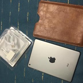 iPad Mini gen. 1 Det er en rigtig dejlig iPad. Jeg har været rigtig glad for den. Den har ikke været brugt i et stykke tid.  Den fejler intet, ingen skader eller skrammer.
