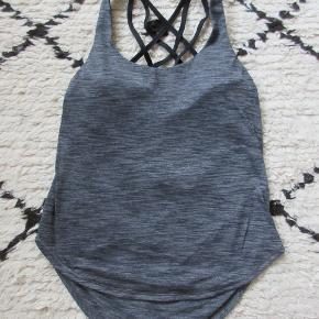 Lululemon yoga/trænings/løbe top i grå jersey med indbygget sportsbh. Brugt få gange. Str er en US4 og svarer til en str. 36. Købt i Singapore.  Nypris 550,- Bytter ikke.