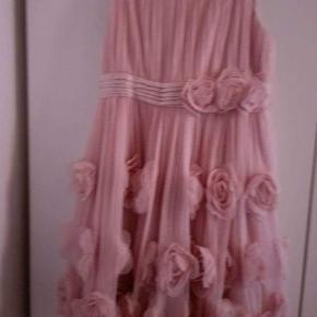 """""""Monsoon"""" kjole rosafarvet  brugt få gange.  Er som ny, ingen skrammer eller pletter. Hænger i dragtpose.  Købt i England.  Ny pris var 750 kr."""