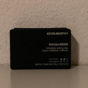Ny og uåbnet Kevin Murphy Rough Rider hårvoks   Nypris pris Stk. 208 kr Pris: 130 kr/stk. har 2 stk   Kevin Murphy ROUGH.RIDER er til dig der ønsker stærkt hold og et mat look. Denne voks indeholder sojabønne ekstrakt og gylden bambus, dette gør at enderne forsegles og håret styrkes. Gylden bambus er også rig på vitaminer, dette gør, at der nemt kan skabes et voluminøst look. Med ROUGH.RIDER er du garanteret et mat look, der holder. Alle Kevin Murphy produkter er uden både parabener og sulfater.  Prisen er fast!!   Byttet gerne