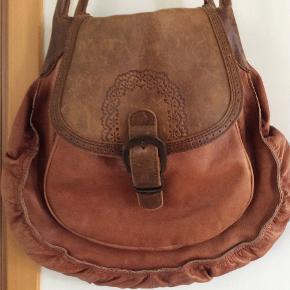 Fed lædertaske. Måler ca 40 x 40 x 9 cm. 2 inderrum med lynlås og 2 store rum. Regulerbar skulderrem.