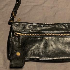 Stor clutch i sort skind - som ny med dustbag.