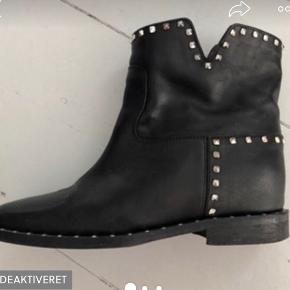 Mega fede sko  Sælges da de aldrig bliver brugt!  Modellen er udsolgt over alt. Super fede at gå i. Er helt åben for bud, pb for flere billeder