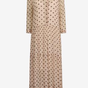Super smuk kjole. Hvis du vil have en skøn dyr kjole med skønhedsfejl til billige penge. Der er et par løbere som på billedet og et lille lappet hul i inderkjolen som ikke ses. Den er sparsomt brugt men stoffet på denne model er skrøbeligt. Nypris 2600,-