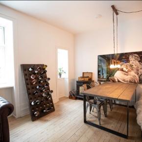 Vi sælger vores højt elskede plankebord. Der er to robuste ben som er strategisk placeret. Der følger en træbænk med som er lavet til bordet.