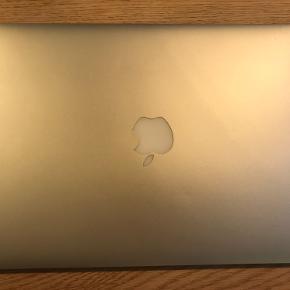 MacBook Air, 13-inch, Early 2014, 1,4 GHz Intel Core i5 GHz, 4 GB ram, 256 GB harddisk, God  Fuld funktionel Macbook Air fra 2014. Den er kun blevet brugt til skolearbejde, fungerer perfekt, dog med brugsspor (se billeder). Den er nulstillet og klar til ny ejer. Har stadigvæk mange gode år i sig. original lader medfølger, virker - dog slidt. BYD evt. Skriv for flere billeder