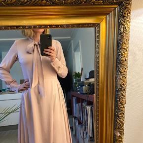 Virkelig flot kjole i pale mocce rose farve. Købt ny til 399kr. Brugt få ganger og fejler intet.  plisse i den ene side, kan bruges med bindebånd løst for dypere udskering eller bundet med pen slaufe 😊 Lengde lidt over kne (172cm)