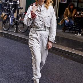 Den smukke buksedragt fra Isabel Marant Etoile. Farven er creme/knækket hvid.  Str FR40 - dansk 38. Passer str 38/40.  Bytter ikke og min pris er fast på denne. Vh Mette