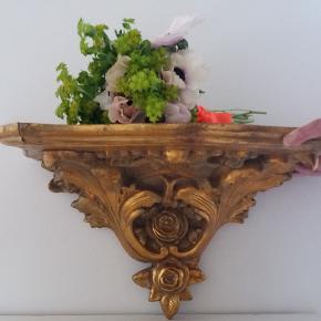 Smuk guldpatineret antik rokoko konsol hylde i træ med de fineste udskæringer. 1.550 inkl. forsendelse i DK.  Sendes kun, men ikke gennem TS handelssystem, da pakken bliver for stor - sendes gennem Coolrunner.  Billede 7-10 inspiration til at besøge min shop                     #antik#antikviteter#vintage#retro #fransk#rokoko#rococo#barok #baroque#kunst#boligtekstiler #guld#træudskæringer#patineret #rustik#gaver