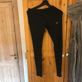 Sælger disse Nike tights. Bukserne er i en størrelse small og har et enkelt lille hul nede ved venstre ben, men ses næsten ikke. Kom med et bud. Bukserne kan sendes, men på købers regning.