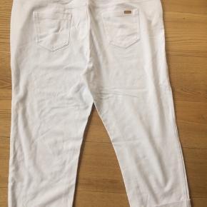 Bukserne er de Cherry Berry og kun brugt få gange og i kraftigt t-shirt stof Livvidde 2 x 50 cm Længde 82 cm Rabat ved køb af flere dele