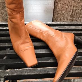 Støvlen er brugt et par gange - dog uden synlige brugsspor - ny pris kr 1.299,-.